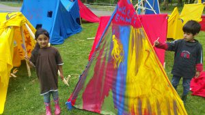Emmi (6) und Wali (4) bemalen ihr eigenes Bauwerk